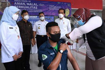 Presiden Jokowi Tinjau Vaksinasi Massal bagi Pedagang Pasar