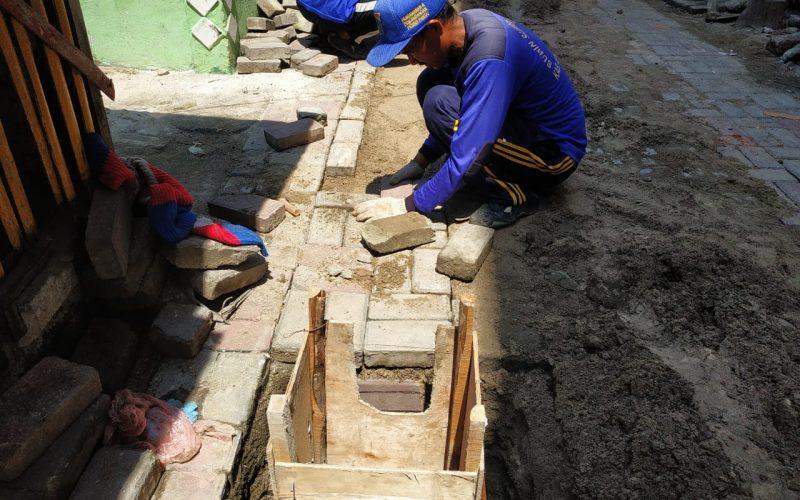 Sudin SDA Kepulauan Seribu Bersihkan Bak Kontrol di Pulau Panggang